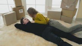 Het echtpaar heeft pret in nieuw huis stock videobeelden