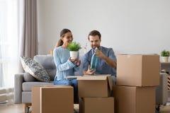 Het echtpaar pakt bezittingen bij nieuw huis uit stock afbeelding