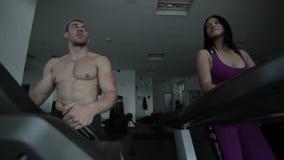 Het echtpaar praktizeert bij de gymnastiek stock videobeelden