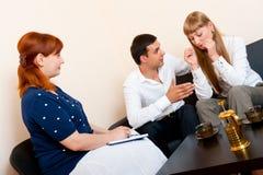 Het echtpaar raadpleegt bij de psycholoog royalty-vrije stock foto