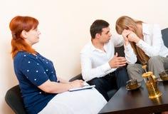 Het echtpaar raadpleegt bij de psycholoog stock afbeeldingen