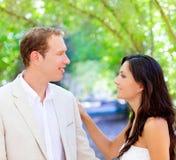 Het echtpaar van de bruid enkel in liefde bij openlucht Royalty-vrije Stock Afbeeldingen