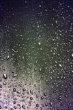 De druppeltjes van het water bij regenval Stock Afbeeldingen