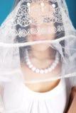 Het is een mooi meisje in een rol van engel op een blu Stock Foto
