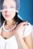 Het is een mooi meisje in een rol van engel op een blu Stock Fotografie