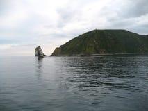 Het is een Vreedzame Oceaanbaai op de zuidoostelijke kust van het Schiereiland van Kamchatka Royalty-vrije Stock Afbeelding