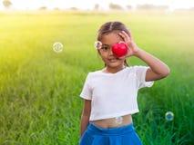 Het een weinig Aziatische meisje sloot haar oog met een rood hart De ogen ` aangaande Royalty-vrije Stock Foto's