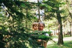 Het een weinig krullende meisje en haar vader zijn een dichte familie Stock Foto's