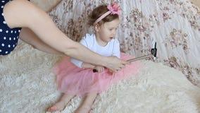 Het een weinig mooie grappige meisje neemt beelden van Selfie op de telefoon stock videobeelden