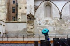 Het eenzame figuur van een vrouw met een paraplu Stock Fotografie