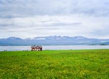 Het eenzame huis op bergmeer stock foto's
