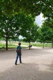 Het eenzame jonge geitje van de vluchteling in stad   Stock Foto