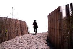 Het eenzame jongen lopen Stock Afbeelding
