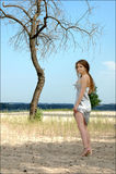 Het eenzame meisje in een mooie zilveren kleding op is Royalty-vrije Stock Foto