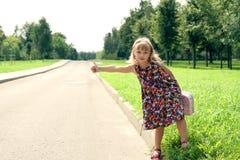 Het eenzame meisje houdt een auto tegen Royalty-vrije Stock Foto