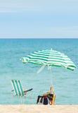 Het Eenzame strand van de paraplu en van de leunstoel. Royalty-vrije Stock Afbeeldingen