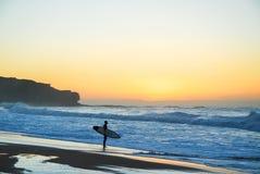 Het eenzame surfer beslissen Stock Afbeeldingen