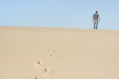 Het eenzame wandelen royalty-vrije stock foto's