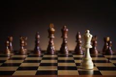 Het eenzame witte figuur van de schaakkoningin aangaande slagveld Stock Fotografie