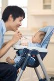 Het Eerste Stevige Voedsel van de baby Stock Foto's