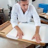 Het eetbare rijstpapier beëindigen van het met de hand gemaakte noga maken Stock Foto