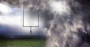 Het effect van de de lichtenovergang van het sportenstadion met donkere wolkenhemel Royalty-vrije Stock Afbeelding