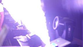Het effect van de stadiumverlichting in dark en de machine produceert rook Close-uphd video stock video