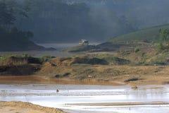 Het effect van klimaatverandering, gemaakt tot droog land, watertekorten Het eenzame plattelandshuisje tussen rivieren droogt dee stock foto
