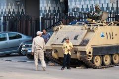 Het Egyptische kind spelen met militairen Stock Foto