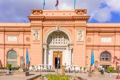 Het Egyptische Museum in Kaïro, toeristen komt door belangrijkste entran Royalty-vrije Stock Foto's