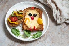 Het ei in een gat is ontbijt kijkt als kuiken stock afbeelding