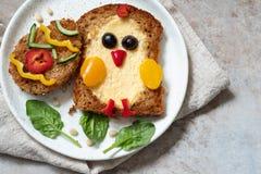 Het ei in een gat is ontbijt kijkt als kuiken stock foto