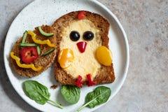 Het ei in een gat is ontbijt kijkt als kuiken stock foto's