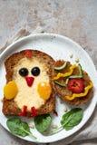 Het ei in een gat is ontbijt kijkt als kuiken royalty-vrije stock afbeeldingen