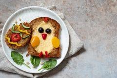 Het ei in een gat is ontbijt kijkt als kuiken stock afbeeldingen
