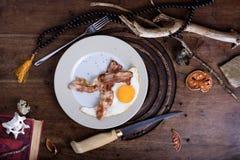 Het ei en het bacon dienden op een plaat, Engels ontbijt op houten lusje Stock Fotografie