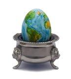 Het ei vertegenwoordigt de breekbaarheid van aarde Stock Foto