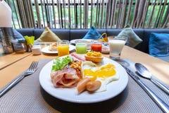 Het eigengemaakte Amerikaanse ontbijt met zonnige kant braadde omhoog eitoost s Stock Fotografie