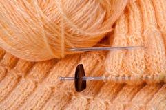 Het eigengemaakte breien van roze garen Stock Afbeelding