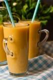 Het eigengemaakte oranje stilleven van het banaansap Stock Foto's