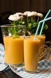 Het eigengemaakte oranje stilleven van het banaansap Stock Fotografie