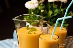 Het eigengemaakte oranje stilleven van het banaansap Royalty-vrije Stock Foto