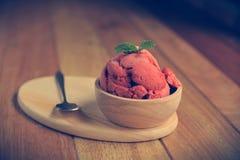 Het eigengemaakte Organische roomijs van het Aardbeifruit in kom Royalty-vrije Stock Fotografie