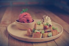 Het eigengemaakte Organische roomijs van het Aardbeifruit in kom Royalty-vrije Stock Afbeeldingen