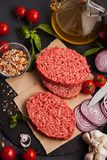 Het eigengemaakte ruwe organische fijngehakte lapje vlees van het rundvleesvlees stock foto's