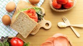 Het eigengemaakte sandwichontbijt voorbereidingen treffen Geheel die tarwebrood op een houten scherpe raad wordt gestapeld Plakto royalty-vrije stock foto's