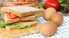 Het eigengemaakte sandwichontbijt voorbereidingen treffen Sluit omhoog het gehele die brood van de tarwesandwich met plaktomaten  royalty-vrije stock afbeeldingen