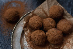 Het eigengemaakte suikergoed van de chocoladetruffel met cacaopoeder Stock Foto's