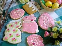 Het eigengemaakte verglaasde peperkoek schilderen in traditionele Pasen-stijl Royalty-vrije Stock Foto