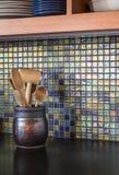 Het eigentijdse detail voor de betere inkomstklasse van de huiskeuken van het mozaïek van de glastegel backsplash en concrete cou Stock Foto's